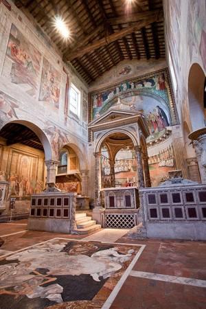 Vista del altar mayor de la Basílica de los Santos Nereo y Aquiles, Roma (Italia). Tras la rejilla bajo el altar reposan las reliquias de los mártires Domitila, Nereo y Aquiles.