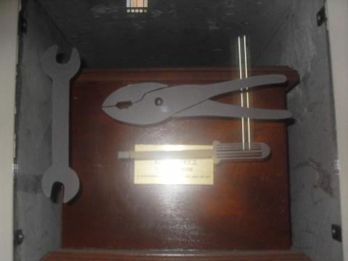 Vista del sepulcro del Beato Salvador Huerta. La decoración de herramientas alude a su oficio de mecánico.