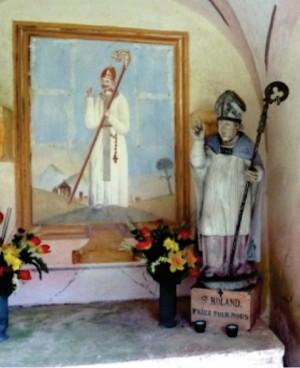 """Ermita de San Rolando, en las afueras deChézery-Forens construida en el lugar de la """"Fontaine Benite"""". Puede apreciarse la iconografía del santo con la mitra abacial y el pastoral, así como el hábito del Císter."""
