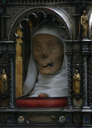 Vista del cráneo de la Santa, venerado en la iglesia de Santo Domingo, Siena (Italia).
