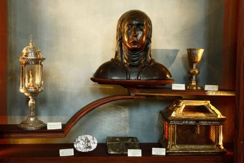 Dedo de Santa Catalina, cuerdas usadas como disciplina y busto de cobre donde estuvo contenido el cráneo.