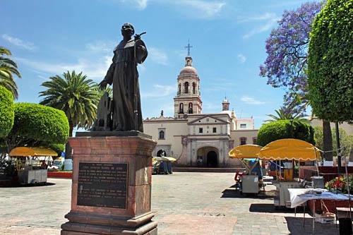 Monumento a fray Margil en el atrio del templo del Convento de Propaganda Fide de la Santa Cruz de Querétaro.