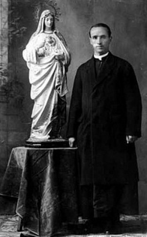 Fotografía del Beato Andrés Sola Molist junto a una imagen del Inmaculado Corazón de María.