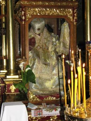 Vista del sepulcro del Santo, cuyo cuerpo incorrupto permanece sentado en su cátedra de Patriarca.