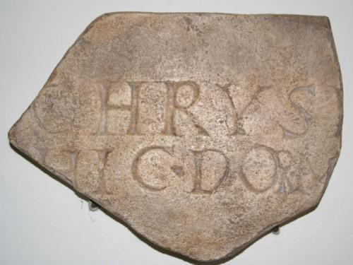 "Réplica de la inscripción encontrada en el cementerio de la iglesia de Santa Áurea: CHRYS(E) HIC DORM(IT). ""Aquí yace Crisa"". Catedral de Santa Áurea, Ostia (Italia)."