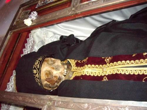 Vista de las reliquias del Santo, revestidas del hábito monacal, tal cual se venera actualmente.