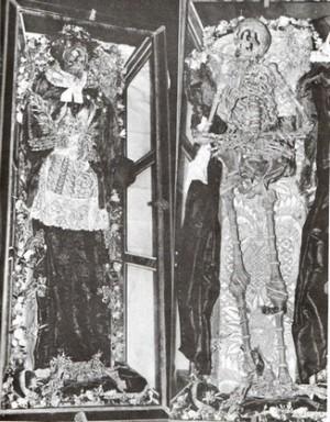 Esqueleto vestido y sin vestir del Santo.