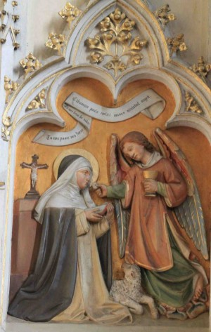 La Santa comulga de manos de un ángel. Relieve decimonónico en la iglesia de los dominicos de Friesach, Austria.