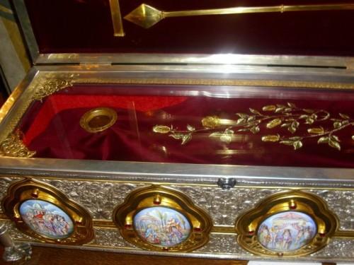 Vista de la urna abierta que contiene las reliquias del Santo. Monasterio de Lainici, Rumanía.