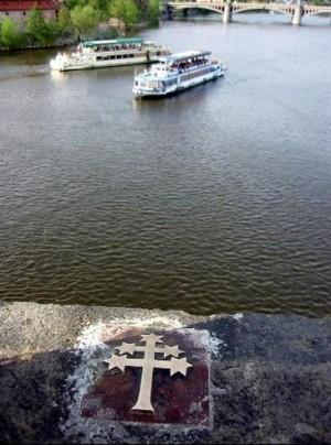 Marca en el lugar desde donde el cadáver del Santo fue arrojado al río Moldova.
