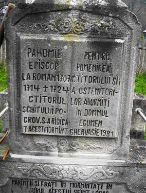 Vista del cenotafio del Santo en su eremitorio de Pocrov, Rumanía.