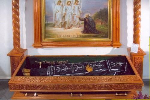 Vista del cuerpo incorrupto del Santo tal cual se venera en el monasterio Svirskij.