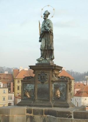 Escultura dedicada al Santo en el puente de San Carlos, Praga (República Checa).