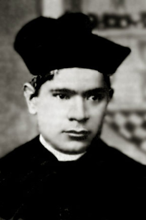 Fotografía del Santo en su atuendo de sacerdote.