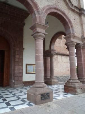 Vista de la columna donde fue atado y martirizado el Santo, en el patio del templo parroquial de Tototlán, México.