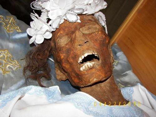 Detalle del rostro momificado de una mujer. Monasterio de los mártires, Akhmim (Egipto).