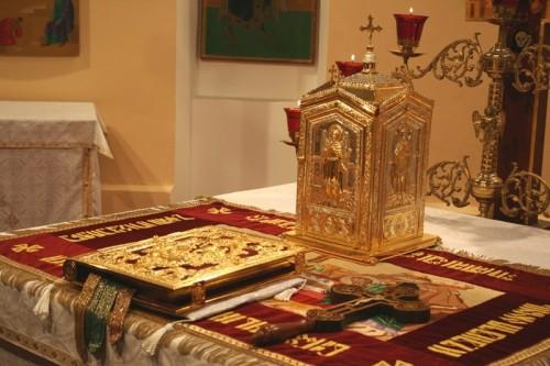 Evangeliario, cruz y tabernáculo sobre el altar (rito bizantino).