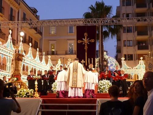 Misa al aire libre celebrada en Taranto, Italia.