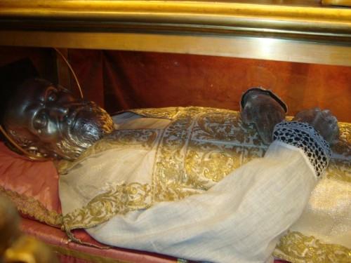 Vista del cuerpo incorrupto del Santo, recubierto con máscara de plata, en su sepulcro de la Chiesa Nuova, Roma (Italia).