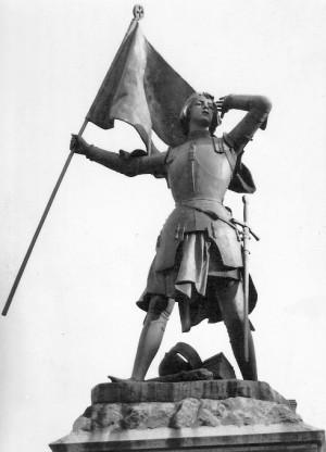 Francia está poblada, tanto en sus plazas como en sus templos, de imágenes de Juana de Arco, todas reproduciendo el arquetipo de heroína de guerra y salvadora de Francia.