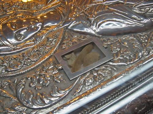 Detalle de las reliquias de la Santa visibles sobre la tapa del sarcófago. Iglesia de San Demetrio, Tesalónica (Grecia).