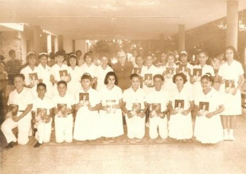 Fotografía de la Sierva de Dios, ya anciana, con sus alumnos.