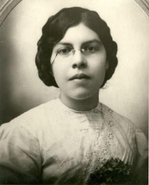 Fotografía de la Sierva de Dios en su juventud, de maestra.