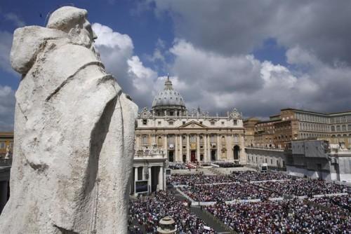Panorámica de la plaza de San Pedro del Vaticano, Roma (Italia) durante una ceremonia de canonización.