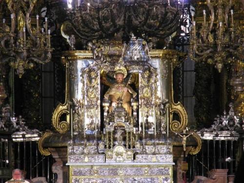 """Detalle del altar mayor de la catedral de Santiago de Compostela (España). En el centro, busto del Apóstol objeto del tradicional """"abrazo""""."""