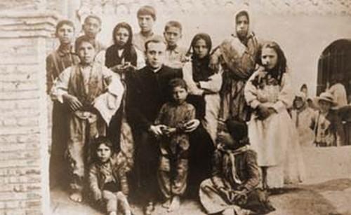 El Santo fotografiado con los niños pobres de Guadix, año 1902.