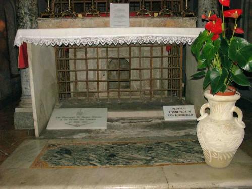 Vista del sepulcro -tras la rejilla- de los Santos Lorenzo, Esteban y Justino. Basílica de San Lorenzo Extramuros, Roma (Italia).
