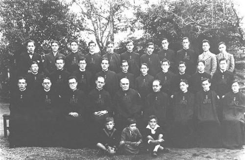 El Venerable, fotografiado junto a los Misioneros del Espíritu Santo.