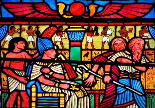Moisés y Aarón ante el faraón. Vidriera contemporánea en la catedral de Heights, Washington DC (EEUU). Fotografía: George Reader.