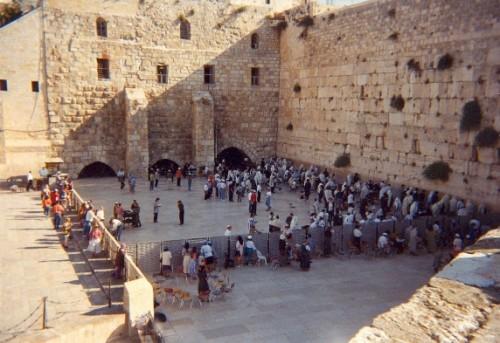 Otra vista del Muro de las Lamentaciones en Jerusalén (Israel). Destaca la separación entre hombres y mujeres para la oración.