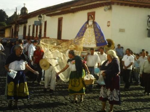 Vista de una peregrinación de indios purépechas en honor a la Virgen de la Salud.