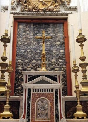 Vista de una de las vitrinas que contienen las reliquias de los Santos. Catedral de Otranto, Italia.