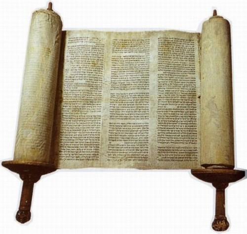 Vista de un rollo con la Torá judía.