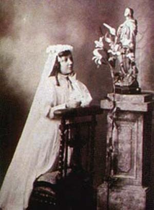Fotografía de la Santa el día de su primera comunión.