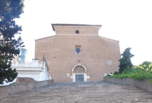 Exterior de la iglesia, a la cual se asciende subiendo una larga escalera en una colina.