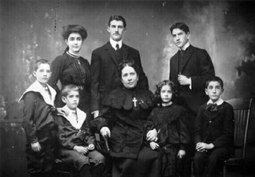 La Venerable, fotografiada con siete de sus hijos.