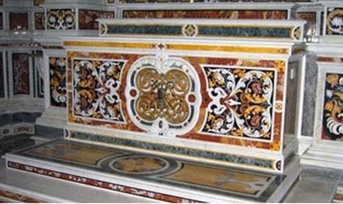 Altar en la capilla de San Víctor, donde se encuentran los restos mortales del Papa.