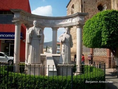 Monumento dedicado a los Santos en la plaza de Cuquío, México. Fotografía: Benjamín Arredondo.