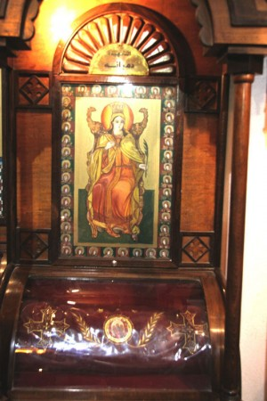 Icono y reliquias de la Santa veneradas en una iglesia copta de El Cairo, Egipto.