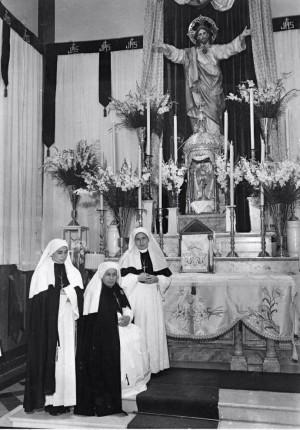 La Santa fotografiada con algunas hermanas en la capilla del Hospital.