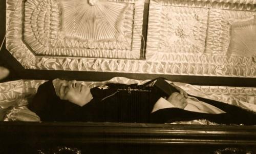 La Santa en su funeral, de  cuerpo presente. Nótese que sus facciones rejuvenecieron.