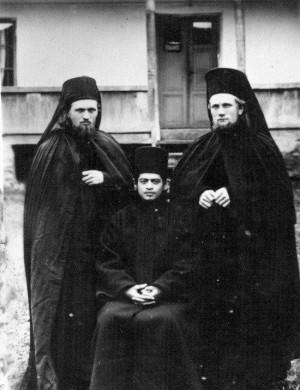 Fotografía del Santo, acompañado de dos monjes, el día en que fue tonsurado.
