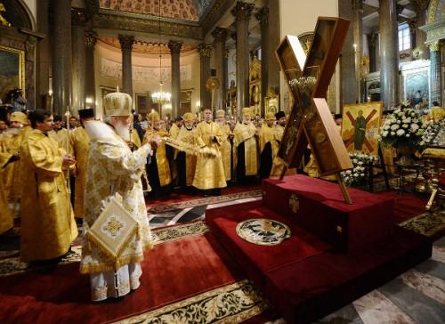 El Patriarca Cirilo de Moscú venera la cruz en la catedral de Kazán de San Petersburgo, Rusia.