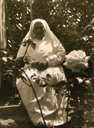 Fotografía de la Madre en el jardín del Hospital.