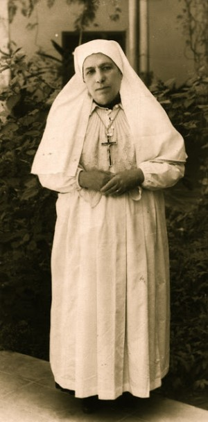 Fotografía de la Santa en su hábito de religiosa.