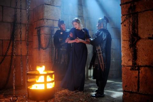 Bárbara (Vanessa Hessler) en prisión, molestada por los soldados de Marciano.